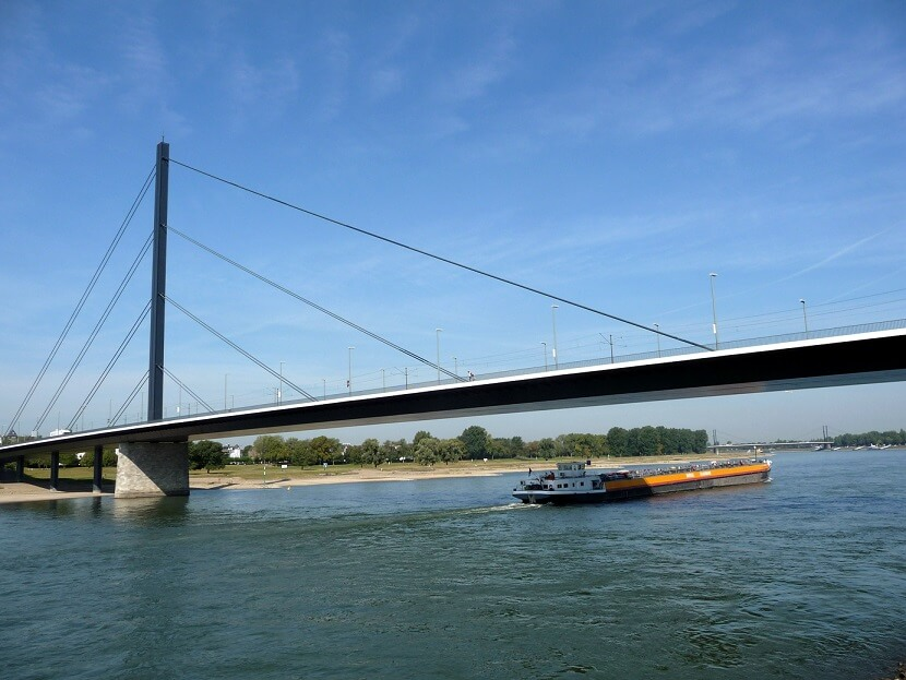Die_Theodor-Heuss-Brücke,_Düsseldorf-eğik-askılı-kablolu-köprü