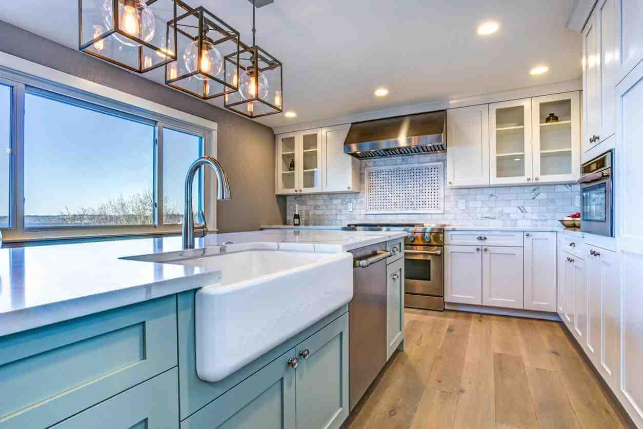 açık-mavi-beyaz-modern-mutfak-dolabi