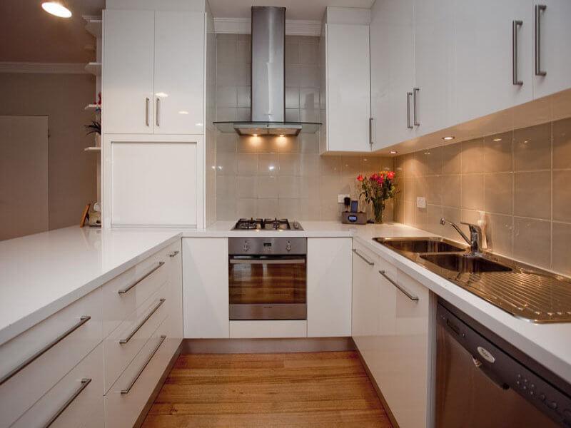 uzun-dar-beyaz-mutfak-dolabi